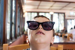 Dziecko siedzące w restauracji