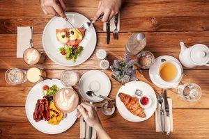 Wspólny posiłek przy stole