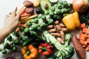 Stół zapełniony różnymi warzywami